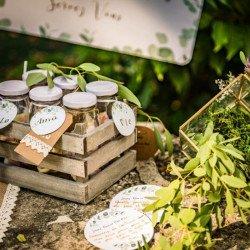 Cagette en bois remplis de pots dans un décor naturel